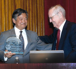 John Fung receiving the Starzl Prize from Dr. Starzl.